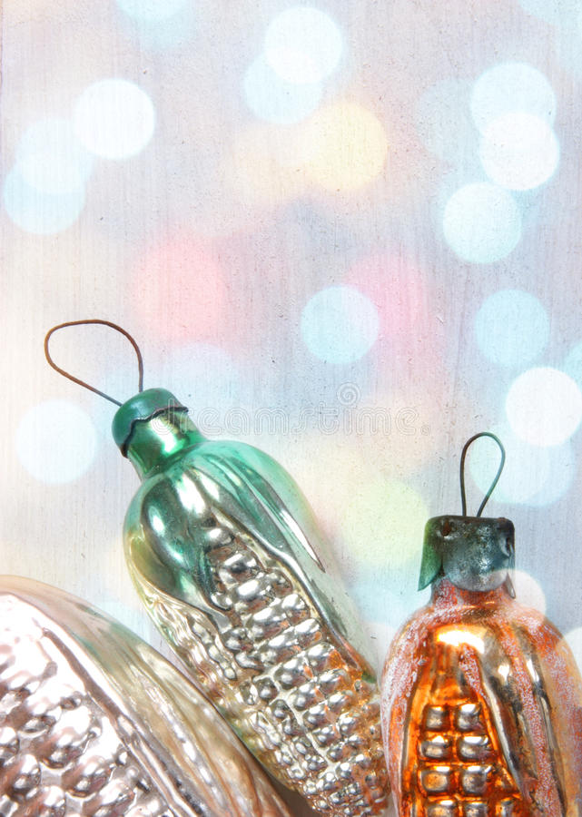 Rétros jouets en verre de Noël dans des lumières de Noël photo stock