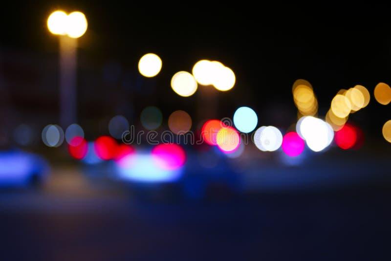 Rétros lumières brouillées modifiées la tonalité de rue et de voiture, fond abstrait urbain de nuit image libre de droits