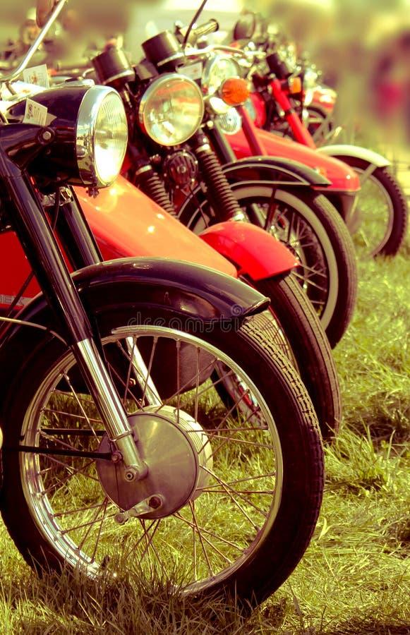 Rétros motos dans une rangée photographie stock libre de droits