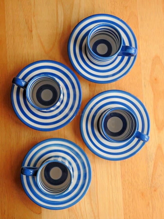 Rétros tasses et soucoupes de café de Cornishware photos libres de droits