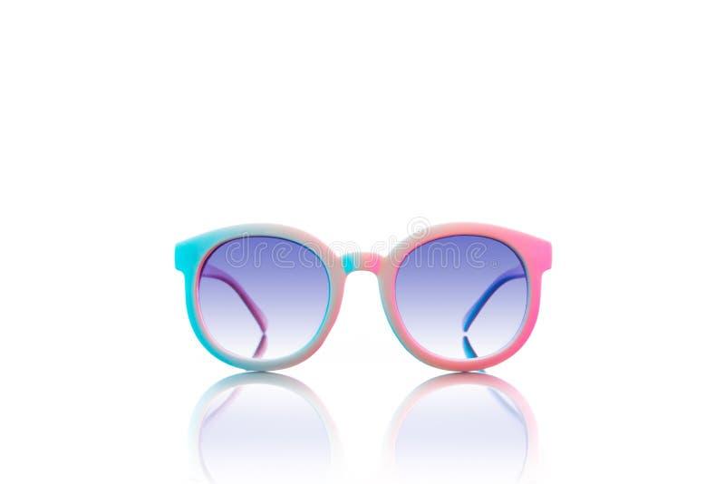 Rétros verres de soleil colorés sur le fond blanc photo libre de droits