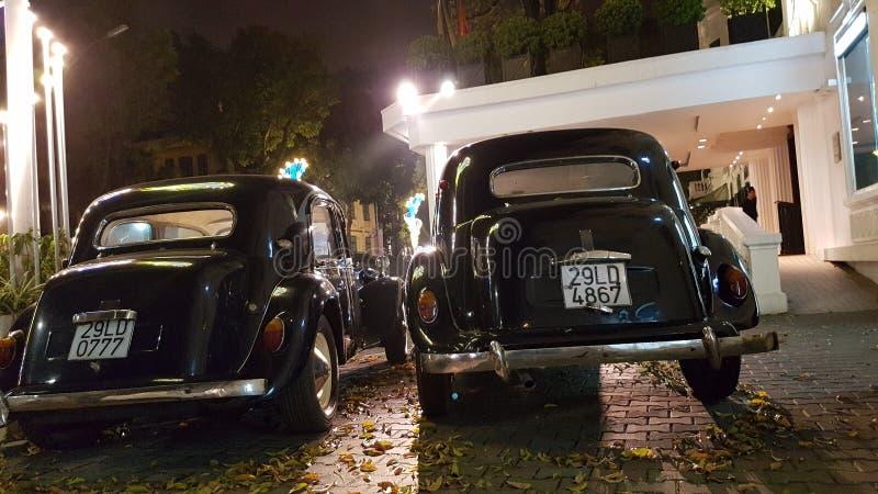 Rétros voitures à Hanoï photos stock