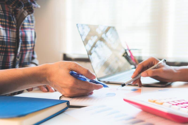 Réunion d'équipe d'affaires consultant la réunion d'équipe de projectBusiness consultant le projet investisseur professionnel tra photo stock