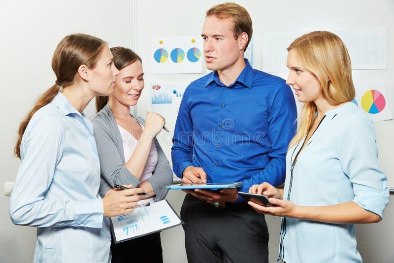 Réunion d'équipe d'affaires avec la tablette photo libre de droits