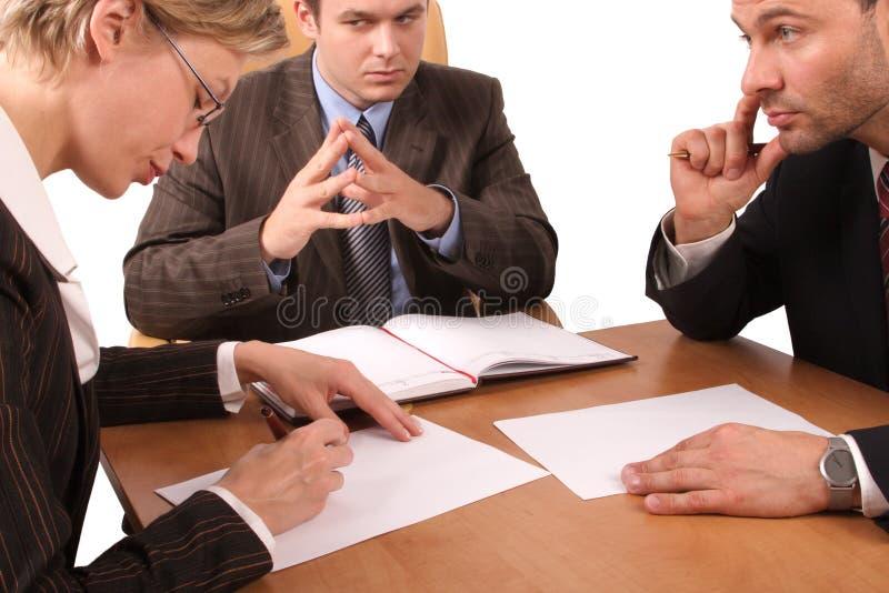 Réunion d'affaires - 3 personnes - contrat de signature photographie stock libre de droits