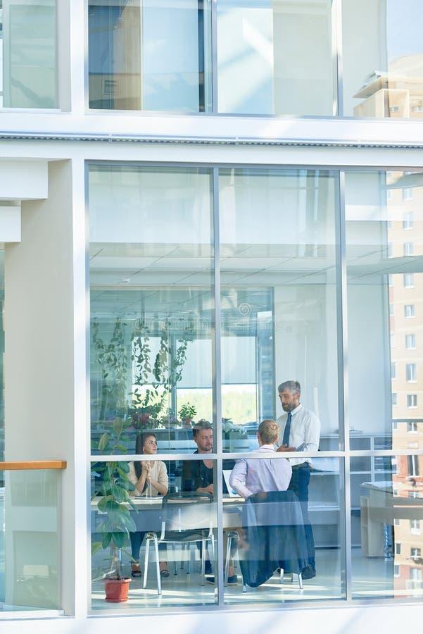 Réunion d'affaires dans le bâtiment en verre moderne photos stock