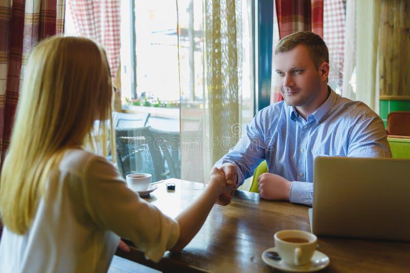 Réunion d'affaires dans un café La femme et l'homme ont fait une affaire photos libres de droits