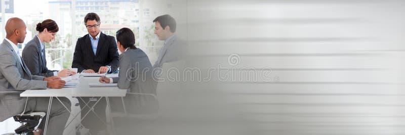 Réunion d'affaires par la fenêtre avec la transition grise image stock