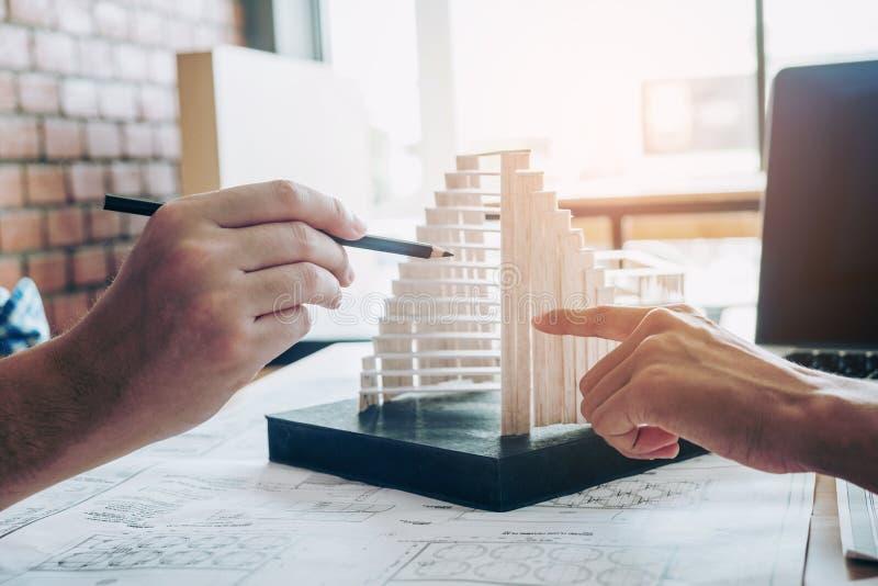 Réunion d'architecte ou d'ingénieur dans le bureau sur le modèle et le modèle b photos libres de droits