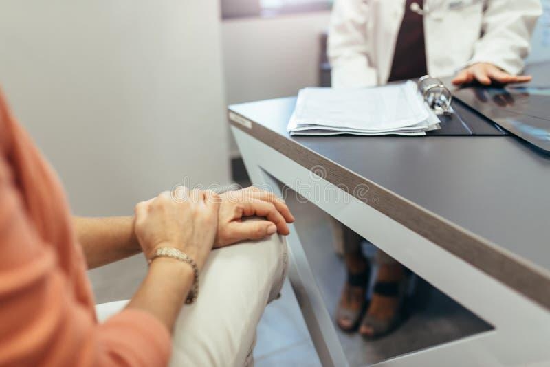Réunion de femme avec le docteur pour demander l'avis photographie stock libre de droits