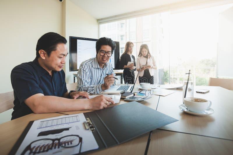 Réunion de groupe de travailleurs d'affaires dans le bureau image stock
