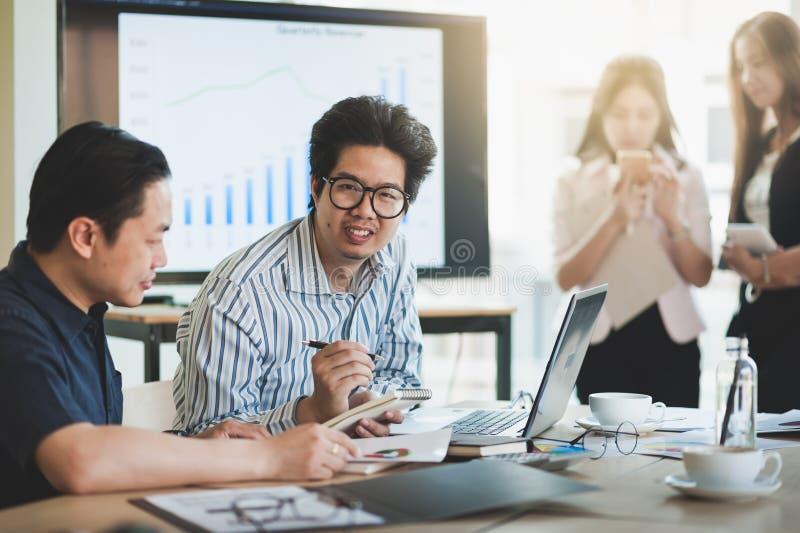 Réunion de groupe de travailleurs d'affaires dans le bureau image libre de droits