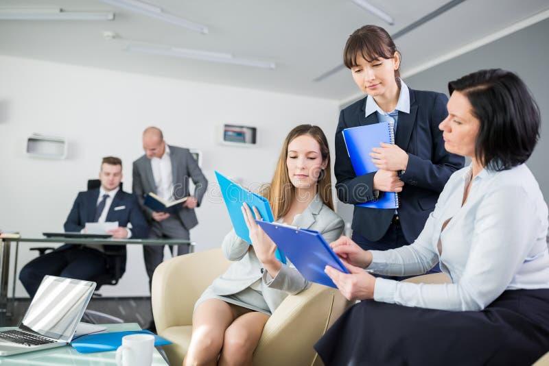 Réunion de Having Discussion During de femme d'affaires dans le bureau photographie stock