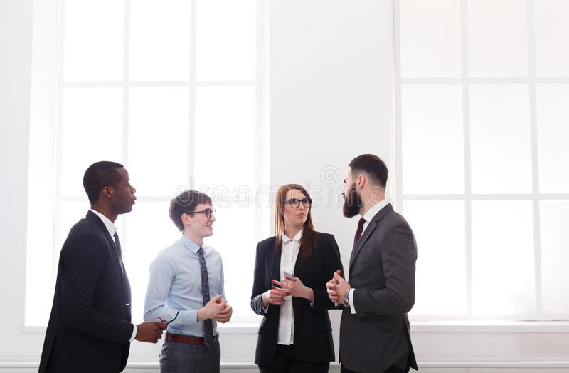Réunion de la société dans le bureau, gens d'affaires avec l'espace de copie image libre de droits