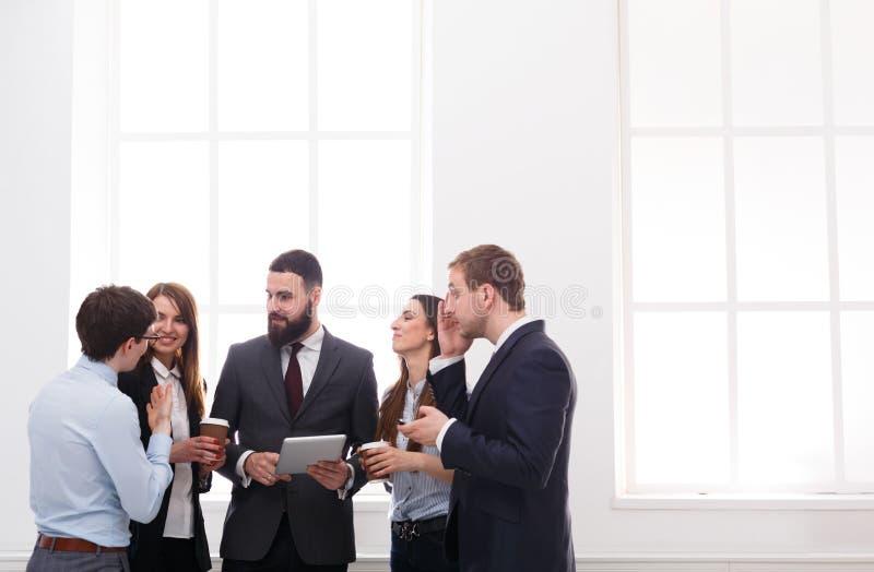 Réunion de la société des employés dans le bureau pendant la pause-café, gens d'affaires avec l'espace de copie photos stock