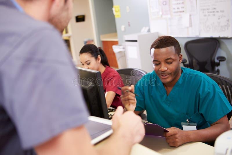 Réunion de personnel médical à la station d'infirmières photographie stock libre de droits