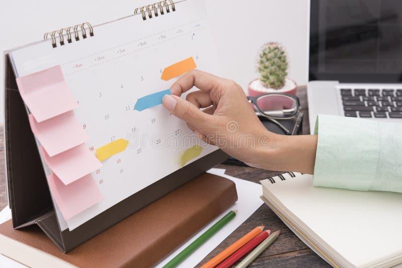 Réunion de planificateur de calendrier d'affaires sur le bureau de bureau organisation photographie stock