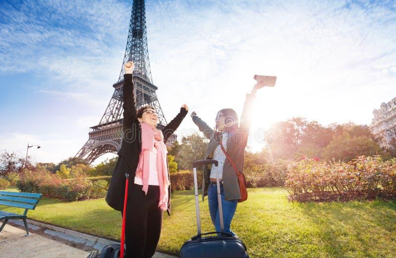 Réunion de touristes heureuse près de Tour Eiffel photographie stock libre de droits