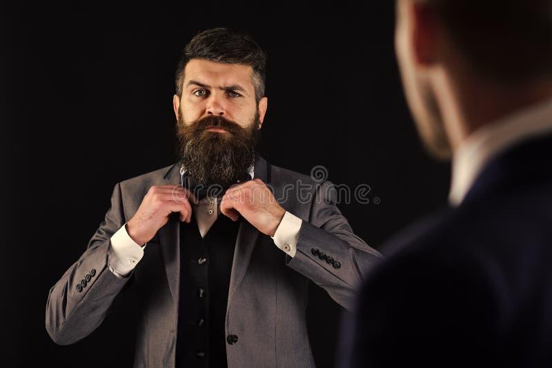 Réunion des hommes d'affaires honorables, fond noir Homme avec la barbe sur le visage sérieux, noeud papillon de liens avant de s photographie stock libre de droits