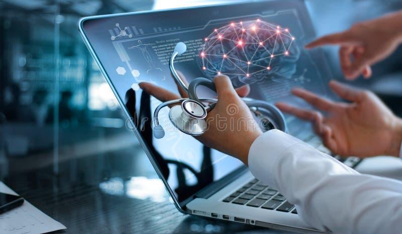 Réunion et analyse d'équipe de docteur Diagnose vérifiant le cerveau photo libre de droits