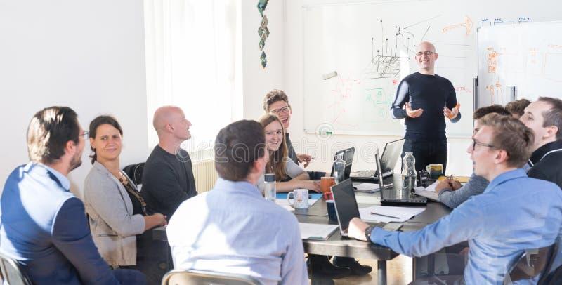 Réunion informatique informelle décontractée d'équipe de société de démarrage d'entreprise image stock
