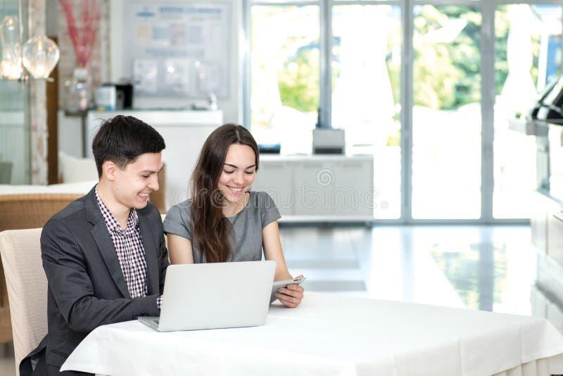 Réunion réussie ! Jeunes hommes d'affaires se reposant à la table photos libres de droits