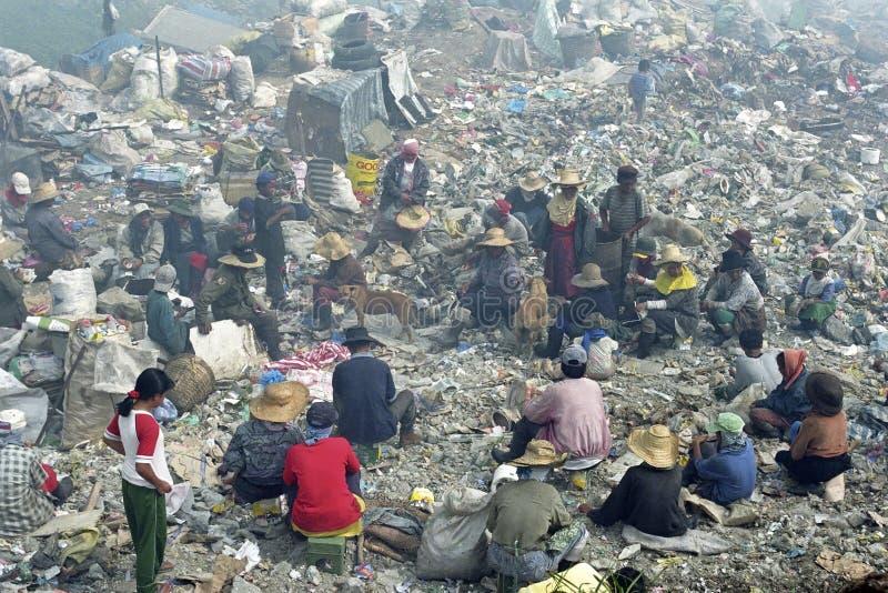 Réunions de travail réutilisant la montagne de déchets de travailleurs photographie stock libre de droits