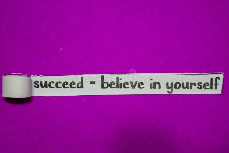 Réussissez - croyez au concept vous-même, d'inspiration, de motivation et d'affaires sur le papier déchiré pourpre image stock