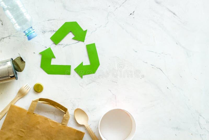 Réutilisant le symbole et les déchets différents, sac de papier, bouteille en plastique pour l'écologie sur la moquerie blanche d images libres de droits