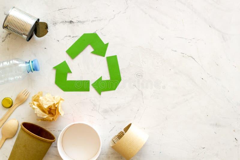 Réutilisant le symbole et les déchets différents, tasse de papier, bouteille en plastique, boîte pour l'écologie sur la moquerie  image stock