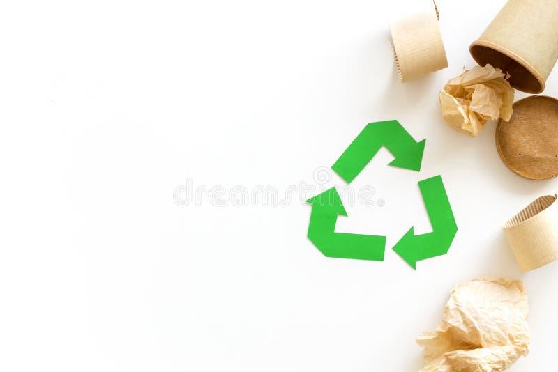 Réutilisant le symbole et les déchets différents, tasse de papier pour l'écologie sur la moquerie blanche de vue supérieure de fo photos libres de droits