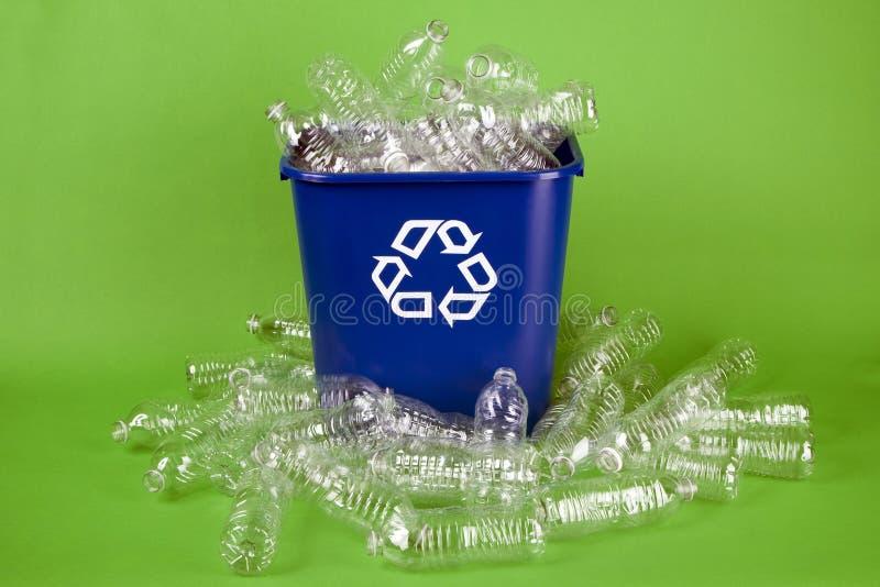 Réutilisation des bouteilles d'eau en plastique photo libre de droits