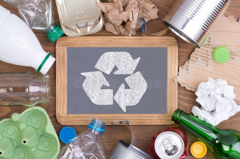 Réutilisation des déchets tels que le verre, le plastique, le métal et le papier photos stock