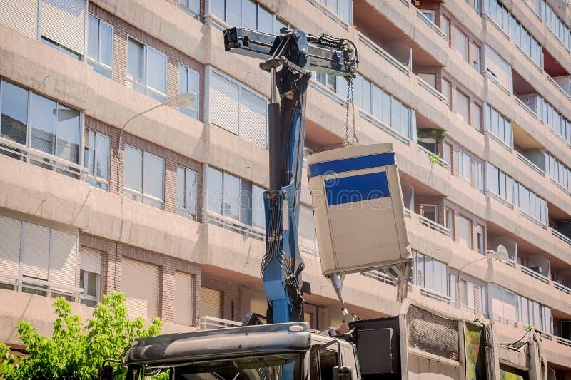 Réutilisation du camion prenant le récipient photos stock