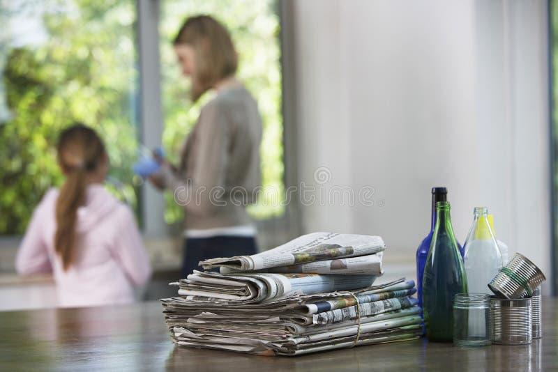 Réutilisation du matériel sur la table de cuisine photo stock