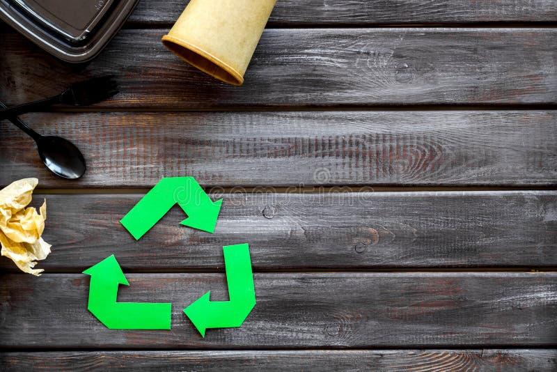 Réutilisation du symbole avec la fourchette, la cuillère et le conteneur en plastique, tasse de papier pour l'écologie sur le cop photo stock