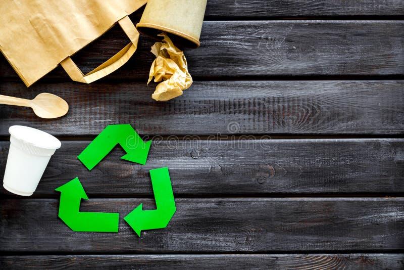 Réutilisation du symbole avec la tasse en plastique, la tasse de papier et le sac, vaisselle plate pour l'écologie sur le copyspa image stock