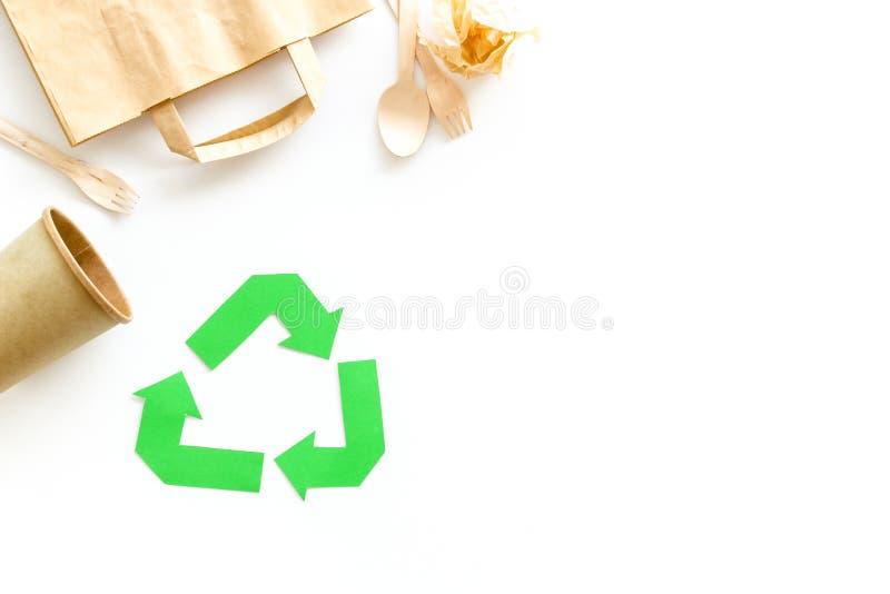 Réutilisation du symbole et des déchets de papier sur l'espace blanc de vue supérieure de fond pour le texte photo stock