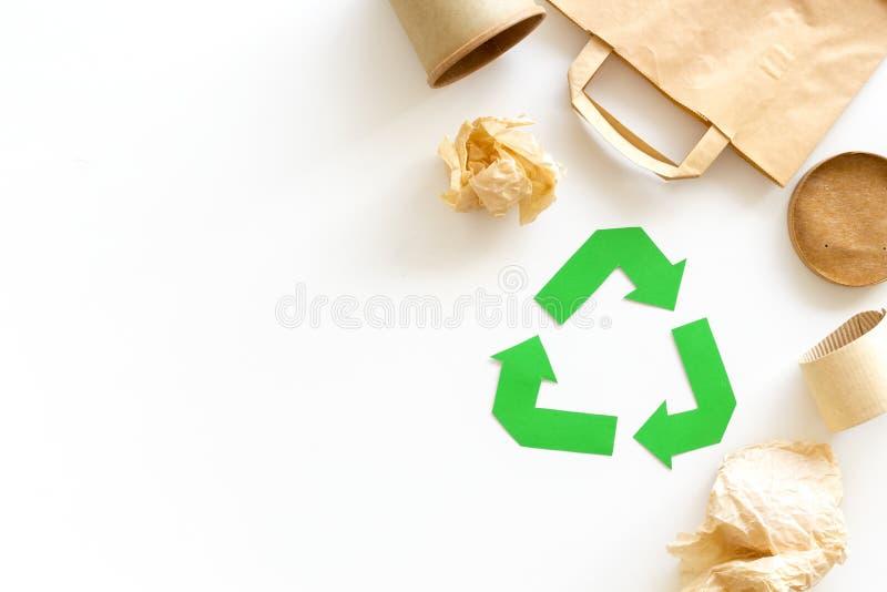 Réutilisation du symbole et des déchets de papier sur l'espace blanc de vue supérieure de fond pour le texte photos libres de droits