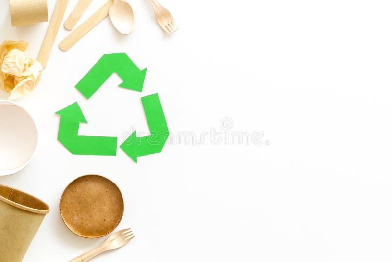 Réutilisation du symbole et des déchets de papier sur l'espace blanc de vue supérieure de fond pour le texte images libres de droits