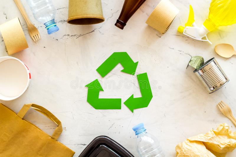 Réutilisation du symbole et des déchets différents, sac de papier, tasse, vaisselle plate, bouteille en plastique pour la vue sup photographie stock libre de droits