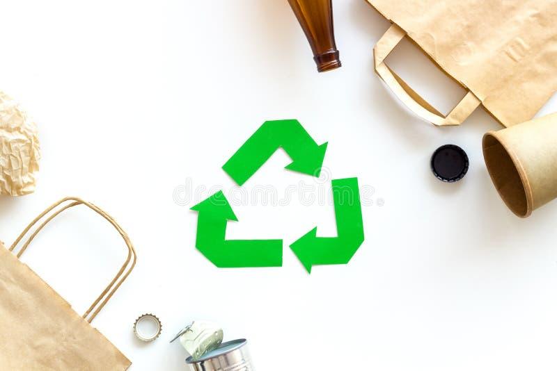Réutilisation du symbole et des déchets différents sur la vue supérieure de fond blanc image stock