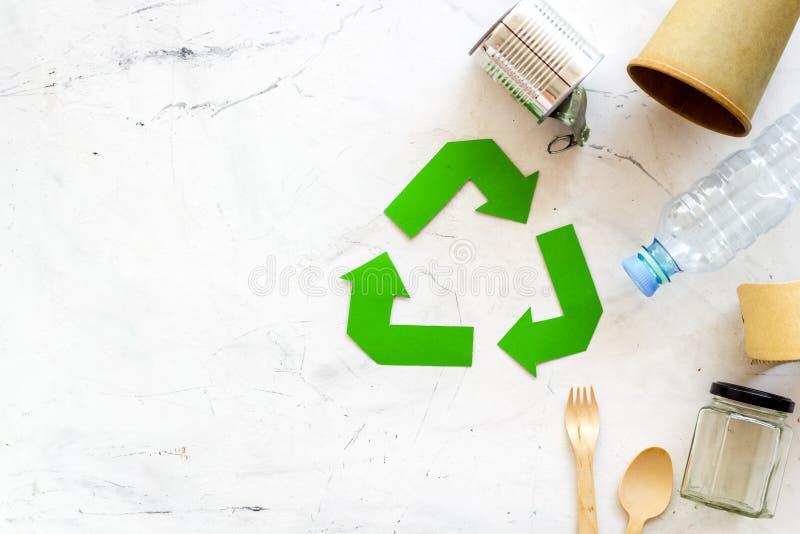 Réutilisation du symbole et des déchets différents sur le copyspace de marbre de vue supérieure de fond image libre de droits