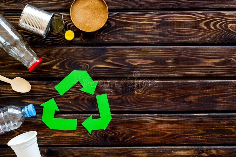 Réutilisation du symbole et des déchets différents sur le copyspace en bois de vue supérieure de fond photos stock
