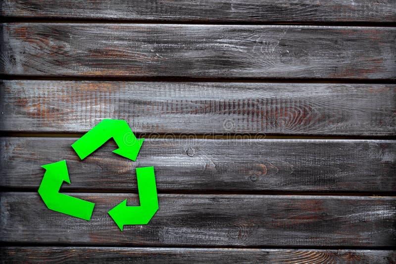 Réutilisation du symbole pour le concept d'eco sur le copyspace en bois de vue supérieure de fond image stock