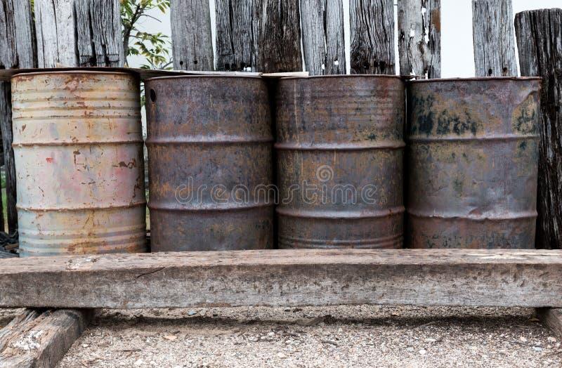 Réutilisez et réutilisez le vieux réservoir de stockage de pétrole photographie stock