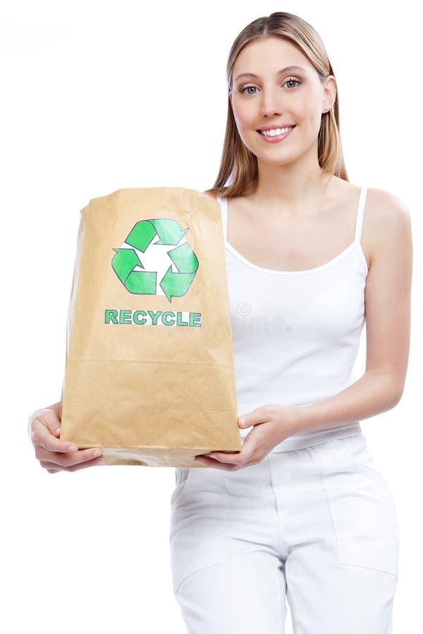 Réutilisez la femme de sac de papier image libre de droits