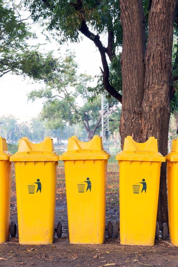 Réutilisez les poubelles en parc public photo libre de droits