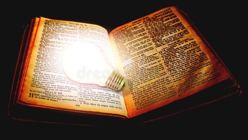 Révélant la bible divine ampoule les dieux livre ouvert les saintes écritures photo libre de droits
