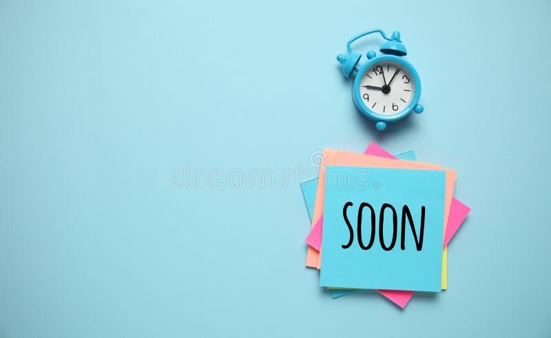 Réveil bleu et rappel papier, bientôt Gestion du temps, priorités, efficacité, contrôle et objectifs photos libres de droits